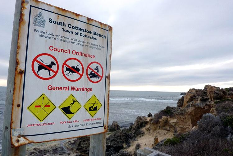 Warnschilder am Strand bei Perth, Western Australia
