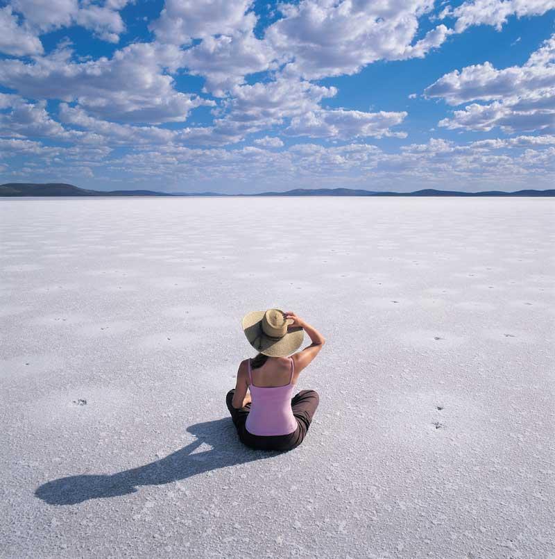 Ein Bild, das sich dem Betracher gewöhnlicher Weise vom Lake Eyre bietet: kein Wasser, dafür der weite Blick über die Salzkalkschicht des Seebodens (hier Lake Gairdner), Photograph: Adam Bruzzone