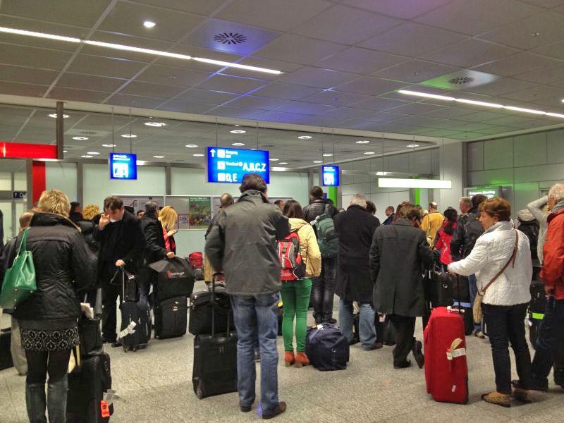 RUND UMS FLIEGEN:<br />9 Fehler, die man am Flughafen häufig macht